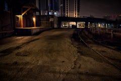 Βιομηχανική εκλεκτής ποιότητας αποβάθρα αλεών αποθηκών εμπορευμάτων τη νύχτα Στοκ φωτογραφία με δικαίωμα ελεύθερης χρήσης
