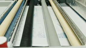 Βιομηχανική εκτύπωση των αφισών - τυπώστε την παραγωγή, ο υπεύθυνος για την ανάπτυξη στη διαδικασία φωτογραφιών φιλμ μικρού μήκους