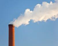 βιομηχανική ενιαία καπνοδόχος τούβλου Στοκ εικόνες με δικαίωμα ελεύθερης χρήσης