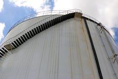 Βιομηχανική δεξαμενή νερού που βλέπει από την προοπτική βατράχων Στοκ φωτογραφίες με δικαίωμα ελεύθερης χρήσης