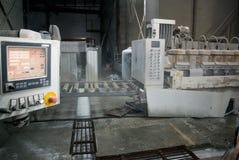 Βιομηχανική επεξεργασία της φυσικής πέτρας Ταμπλό στην παραγωγή στοκ εικόνα
