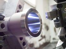 Βιομηχανική εργασία μετάλλων που επεξεργάζεται τη διαδικασία στη μηχανή από το εργαλείο κοπής CNC λ Στοκ εικόνα με δικαίωμα ελεύθερης χρήσης
