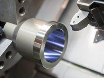 Βιομηχανική εργασία μετάλλων που επεξεργάζεται τη διαδικασία CNC λ στη μηχανή Στοκ φωτογραφίες με δικαίωμα ελεύθερης χρήσης