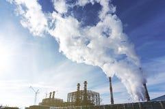 Βιομηχανική ζώνη, ενεργειακός σταθμός δύναμης, εργοστάσιο ηλεκτρικής ενέργειας με τους σωλήνες και καπνός Στοκ Φωτογραφία