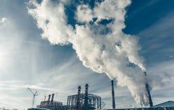 Βιομηχανική ζώνη, ενεργειακός σταθμός δύναμης, εργοστάσιο ηλεκτρικής ενέργειας με τους σωλήνες και καπνός Στοκ Εικόνες