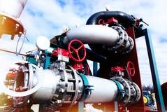 Βιομηχανική ζώνη, εξοπλισμός χάλυβα ενάντια στο μπλε ουρανό Στοκ Φωτογραφία