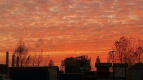 Βιομηχανική ζώνη κάτω από τον κόκκινο ουρανό Στοκ φωτογραφία με δικαίωμα ελεύθερης χρήσης