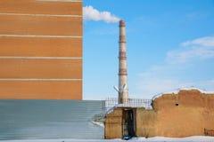 Βιομηχανική ζώνη στο υπόβαθρο μπλε ουρανού Στοκ εικόνες με δικαίωμα ελεύθερης χρήσης