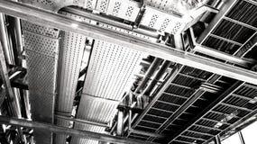 Βιομηχανική ζώνη, σωληνώσεις χάλυβα και καλώδια σε εγκαταστάσεις Στοκ Φωτογραφίες