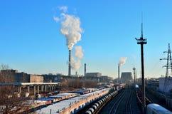 Βιομηχανική ζώνη των εγκαταστάσεων, ηλεκτρικά καλώδια στοκ φωτογραφία με δικαίωμα ελεύθερης χρήσης