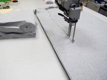 Βιομηχανική ηλεκτρική τέμνουσα μηχανή υφασμάτων στοκ φωτογραφίες με δικαίωμα ελεύθερης χρήσης