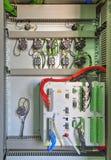 Βιομηχανική ηλεκτρική επιτροπή με τις ηλεκτρονικές συσκευές για την προστασία ηλεκτρονόμων και τον έλεγχο διαδικασίας Στοκ φωτογραφίες με δικαίωμα ελεύθερης χρήσης