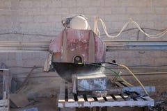 Βιομηχανική μηχανή για τις πλάκες του βράχου στα μικρότερα κομμάτια Στοκ Φωτογραφία