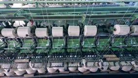 Βιομηχανική μηχανή με τα άσπρα νήματα στο ράψιμο των μασουριών Υφαντική δυνατότητα εργοστασίων φιλμ μικρού μήκους