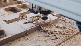 Βιομηχανική μηχανή ξυλογραφιών στην εργασία φιλμ μικρού μήκους