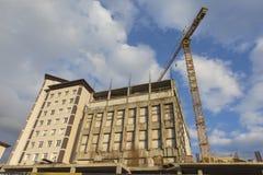 Βιομηχανική μονάδα κατασκευής με το γερανό μέσος-μεγέθους στη διαδικασία Οριζόντιο πλάνο Στοκ Φωτογραφία