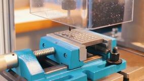 βιομηχανική παραγωγή CNC η μηχανή χαράζει πολλές τρύπες απόθεμα βίντεο