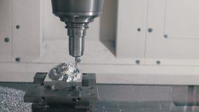 βιομηχανική παραγωγή CNC η μηχανή χαράσσει το λογότυπο απόθεμα βίντεο