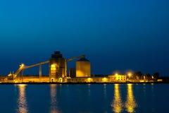 Βιομηχανική περιοχή με την αντανάκλαση Στοκ φωτογραφία με δικαίωμα ελεύθερης χρήσης