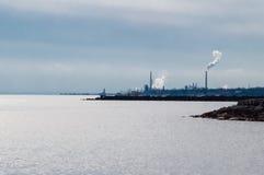 Βιομηχανική περιοχή στην ακτή λιμνών Στοκ φωτογραφία με δικαίωμα ελεύθερης χρήσης