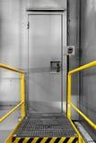 Βιομηχανική πόρτα χάλυβα με την κλειδαριά Στοκ φωτογραφία με δικαίωμα ελεύθερης χρήσης