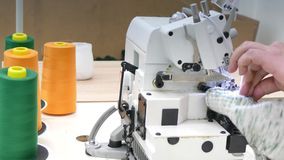 Βιομηχανική ράβοντας μηχανή στο εργοστάσιο γαντιών απόθεμα βίντεο