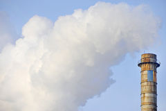 Βιομηχανική ρύπανση καπνοδόχων και καπνού Στοκ Φωτογραφία