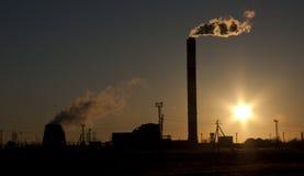 Βιομηχανική σκιαγραφία στο ηλιοβασίλεμα (με τον ήλιο) Στοκ Εικόνα