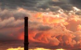 Βιομηχανική σκιαγραφία σωρών καπνοδόχων Στοκ Εικόνες