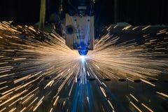 Βιομηχανική τεχνολογία κατασκευής επεξεργασίας λέιζερ τέμνουσα του υλικού χάλυβα μετάλλων επίπεδων φύλλων με τους σπινθήρες Στοκ Φωτογραφίες
