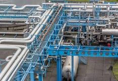 Βιομηχανική υποδομή στο εργοστάσιο Σωλήνες και συστήματα μετάδοσης για τα καύσιμα και τα τεχνικά αέρια Στοκ Εικόνα