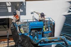 Βιομηχανικοί ζωγράφοι που απασχολούνται στο σκάφος υπαίθριο Στοκ Φωτογραφίες