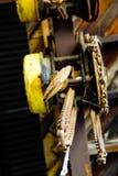 Βιομηχανικοί κίτρινοι γάντζος και αλυσίδες αποθηκών εμπορευμάτων στοκ εικόνες