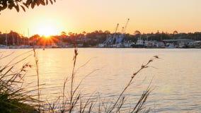 Βιομηχανικοί λιμένας και μαρίνα γιοτ στο λιμάνι ενώ ηλιοβασίλεμα Στοκ φωτογραφίες με δικαίωμα ελεύθερης χρήσης