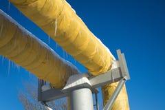 Βιομηχανικοί σωλήνες με την κίτρινη θερμική μόνωση Στοκ Εικόνα