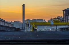Βιομηχανικοί υπαίθριοι ατσάλινος σκελετός και καπνοδόχος στο υπαίθριο τοπίο σιδηρουργείων στοκ εικόνες