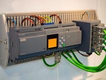 Βιομηχανικός έλεγχος μηχανών υψηλής τεχνολογίας από το programing κούτσουρο PLC Στοκ Εικόνες