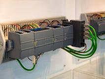 Βιομηχανικός έλεγχος μηχανών υψηλής τεχνολογίας από το programing κούτσουρο PLC Στοκ φωτογραφία με δικαίωμα ελεύθερης χρήσης
