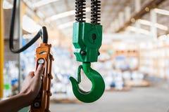 Βιομηχανικός γερανός με την αποθήκη εμπορευμάτων βαλβίδων Στοκ Εικόνα