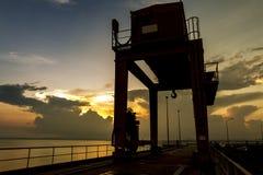 Βιομηχανικός γερανός πάνω από το μεγάλο φράγμα Ubonrat coulee Στοκ φωτογραφίες με δικαίωμα ελεύθερης χρήσης