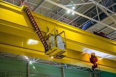 Βιομηχανικός γερανός του τύπου γεφυρών μέσα στο εργοστάσιο ή τις εγκαταστάσεις παραγωγής ενέργειας Στοκ Φωτογραφίες