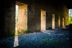 Βιομηχανικός εγκαταλειμμένος τοίχος μύλων μετάλλων Στοκ εικόνες με δικαίωμα ελεύθερης χρήσης