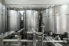 Βιομηχανικός εξοπλισμός, δεξαμενές μετάλλων στο εργοστάσιο ποτού Στοκ Εικόνες