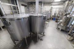 Βιομηχανικός εξοπλισμός τροφίμων, βιομηχανικοί ποτοποιοί του οινοπνεύματος Στοκ Φωτογραφίες