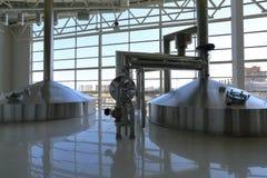 Βιομηχανικός εξοπλισμός στις μονάδες των εγκαταστάσεων για την παραγωγή της μπύρας Στοκ Φωτογραφίες