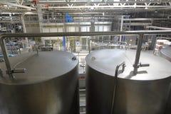 Βιομηχανικός εξοπλισμός στις μονάδες των εγκαταστάσεων για την παραγωγή της μπύρας Στοκ φωτογραφία με δικαίωμα ελεύθερης χρήσης