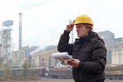 Βιομηχανικός εργάτης με την περιοχή αποκομμάτων Στοκ φωτογραφία με δικαίωμα ελεύθερης χρήσης