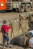 Βιομηχανικός εργάτης με hardhat και την ομοιόμορφη εργασία Στοκ εικόνες με δικαίωμα ελεύθερης χρήσης