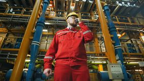 Βιομηχανικός εργάτης με walkie-talkie, εργασία ελέγχων σε ένα εργοστάσιο απόθεμα βίντεο