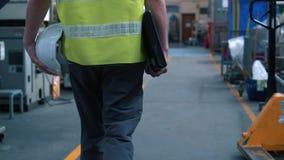 Βιομηχανικός εργάτης που περπατά μέσω των βιομηχανικών εγκαταστάσεων φιλμ μικρού μήκους